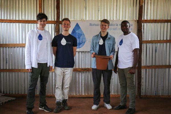 Team Waterfilter in der neuen Fabrikhalle in Tansania, Kasulu